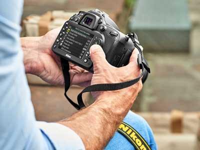 Man holding the Nikon D7200