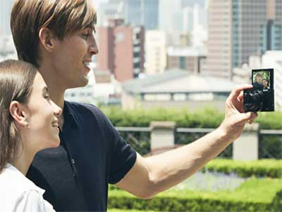 Couple taking a selfie with the Sony HX95